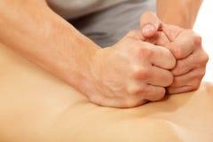 Manos del masajista que dan masajes a hermoso joven de la mujer en whi Fotos de archivo libres de regalías