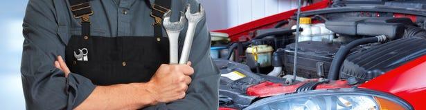 Manos del mecánico de coche con la llave imagenes de archivo