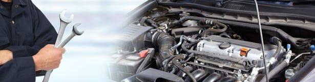 Manos del mecánico de coche con la llave en garaje fotografía de archivo libre de regalías
