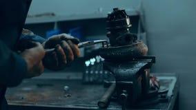 Manos del mecánico de coche en garaje con el turbocompresor viejo y usado Concepto de la turbina almacen de video