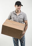 Manos del mensajero de las cajas, paquetes Foto de archivo