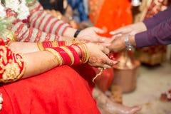 Manos del Nepali del ` hindú s de novia y del novio Foto de archivo libre de regalías
