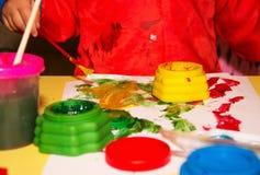 Manos del niño de la pintura Imagenes de archivo