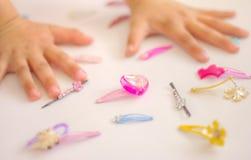 Manos del niño, joyas de los niños Foto de archivo libre de regalías