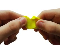 Manos del niño que hacen la figura con la arcilla de modelado o el plasticine foto de archivo libre de regalías