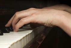 Manos del niño que juegan en piano Foto de archivo libre de regalías