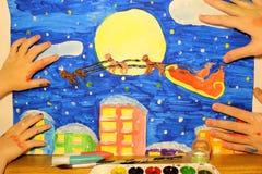 Manos del niño que llevan a cabo la figura de la Navidad stock de ilustración