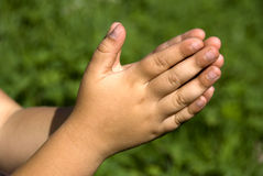 Manos del niño que ruegan Fotos de archivo