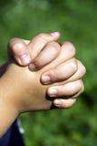 Manos del niño que ruegan Foto de archivo