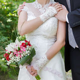 Manos del novio y de la novia Fotografía de archivo libre de regalías