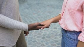 Manos del novio y de la novia, expresión de las sensaciones, afecto y confianza que se unen a almacen de metraje de vídeo