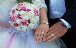 Manos del par de la boda china Imagen de archivo libre de regalías