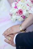 Manos del par de la boda china Imagenes de archivo