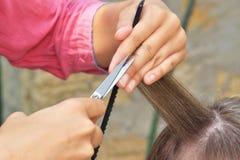 Manos del peluquero de yang Foto de archivo libre de regalías