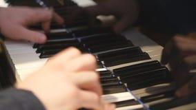 Manos del pianista que juegan el piano de cola Detalla 4K almacen de video