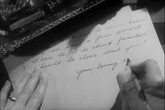 Manos del primer de la letra de la escritura de la mujer almacen de metraje de vídeo