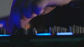 Manos del ` s de DJ que juegan la mezcla en el tablero sano almacen de video