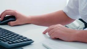 Manos del ` s de la mujer en la tabla cerca del teclado almacen de video
