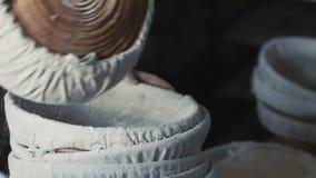 Manos del ` s de la mujer que tamizan la harina lentamente metrajes