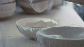 Manos del ` s de la mujer que tamizan la harina lentamente almacen de video