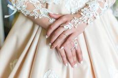 Manos del ` s de la novia en vestido con el anillo fotos de archivo