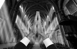 Manos del sacerdote dentro de una iglesia Imágenes de archivo libres de regalías