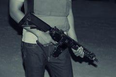 Manos del soldado que llevan el rifle fotografía de archivo libre de regalías