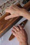 Manos del tejedor s del telar de mano Imagenes de archivo
