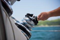 Manos del torno y de los marineros en un velero fotografía de archivo