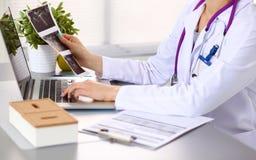 Manos del trabajador médico de sexo femenino que usa smartphone Imagen de archivo libre de regalías