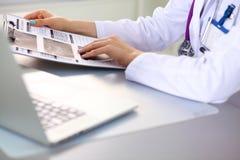 Manos del trabajador médico de sexo femenino que usa smartphone Fotos de archivo libres de regalías