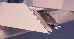 Manos del trabajador que usa un tubo del silicón para reparar de la ventana interior Detalles de la ventana del aluminio Trabajad almacen de video