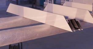 Manos del trabajador que usa un tubo del silicón para reparar de la ventana interior Detalles de la ventana del aluminio Trabajad metrajes