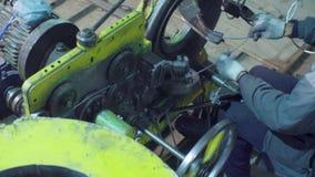 Manos del trabajador y de partes operantes de la máquina de cadena-fabricación almacen de video