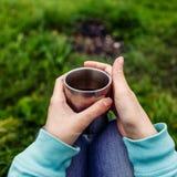 Manos del viajero de la mujer que sostienen la taza de té Imagen de archivo
