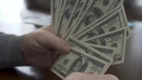 Manos del viejo hombre que cuenta d?lares cerca para arriba El hombre rico positivo demuestra su dinero Ocio de pr?spero jubilado almacen de metraje de vídeo
