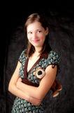 Manos derechas de la muchacha alta cabelluda oscura cruzadas Imágenes de archivo libres de regalías