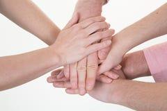 Manos diversas del grupo junto que se unen a la reunión de Alliance de la asociación del concepto imagen de archivo
