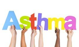 Manos diversas que llevan a cabo el asma de la palabra Imágenes de archivo libres de regalías