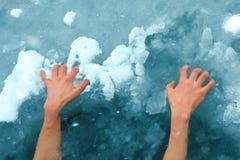 Manos en el hielo Fotografía de archivo libre de regalías