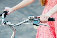 Manos en el manillar de la bicicleta del vintage Foto de archivo libre de regalías