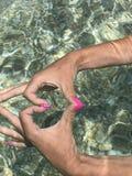 Manos en el mar fotografía de archivo