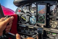 Manos en el palillo en cabina de aviones durante vuelo de la travesía Imágenes de archivo libres de regalías