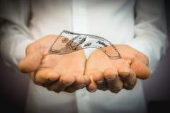 Manos en el primero plano con el dinero foto de archivo