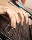Manos en el teclado Imagen de archivo
