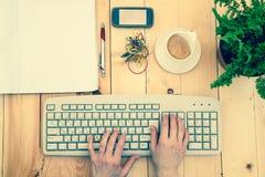 Manos en el teclado Fotografía de archivo libre de regalías