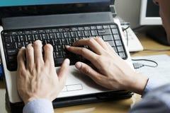 Manos en el teclado de la computadora portátil Fotografía de archivo