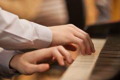 Manos en el teclado del piano Imagen de archivo libre de regalías