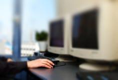 Manos en el teclado y el ratón de ordenador imagen de archivo