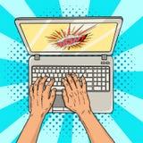 Manos en estilo cómico del ordenador portátil Oficinista o freelancer en el trabajo sobre un de computadora personal Tecnologías  Fotos de archivo